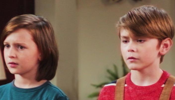 Imagem: cena de Wandavision na qual vemos Tommy e Billy, o primeiro com cabelos longos que chegam até o ombro e usa uma blusa verde e o outro usa uma camisa vermelha listrada e um macacão marrom.