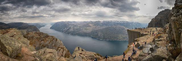 Panorama Preikestolen - top atrakcja Norwegii. Zdjęcie z nad półki skalnej.