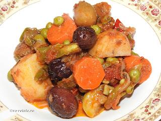 Ghiveci de legume reteta mancare de post taraneasca cu ceapa cartofi morcovi ardei dovlecei rosii vinete usturoi masline mazare fasole retete tocana de casa,