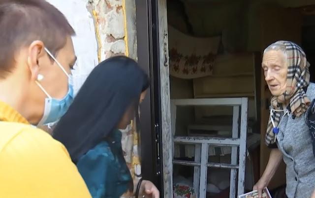Школьники месяцами издевались над старушкой под Черниговом, но ее спасли добрые люди