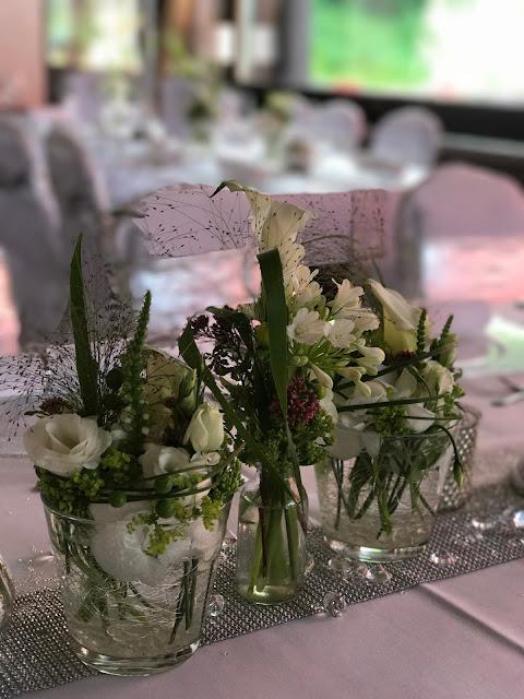 TIschblumen Tischdekoration mit Silberleuchtern und Glitzer, 4 Hochzeiten und eine Traumreise 2.0 im Riessersee Hotel Garmisch-Partenkirchen, Traumlocation am See in den Bergen, 2017