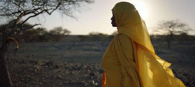 Abida Dawud, superviviente de la mutilación genital femenina, camina en el desierto de Afar en el norte de Etiopía.UNFPA