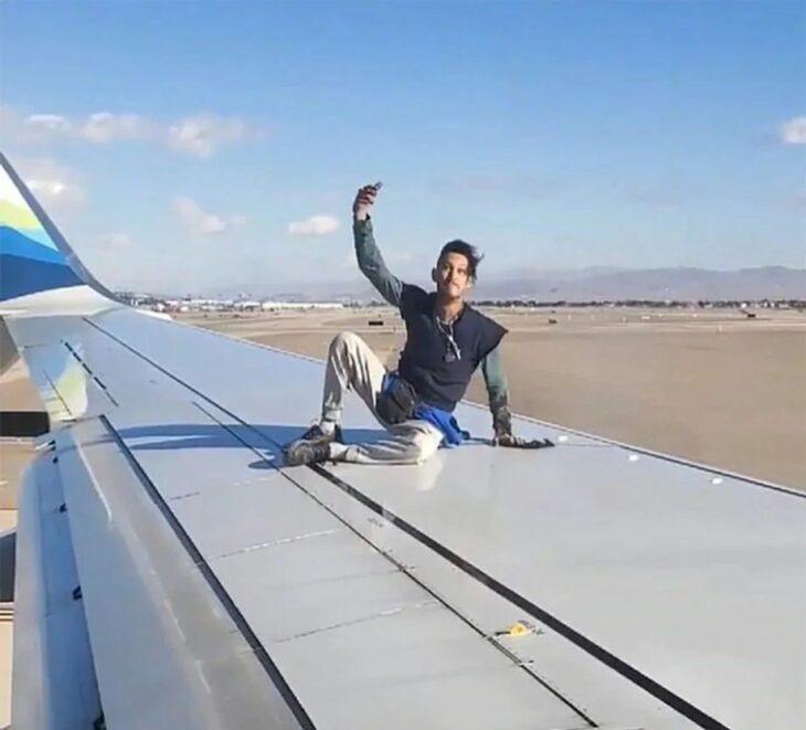 Tonto sube al ala de un avión en movimiento para tomarse una selfie; se cae y es arrestado