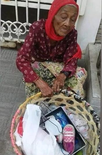 Mbah Siti, Bertahan Hidup dengan Berjualan Barang Rongsok
