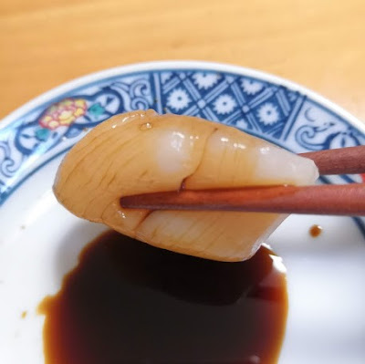 Dip Scallop (Hotate) in soy sauce