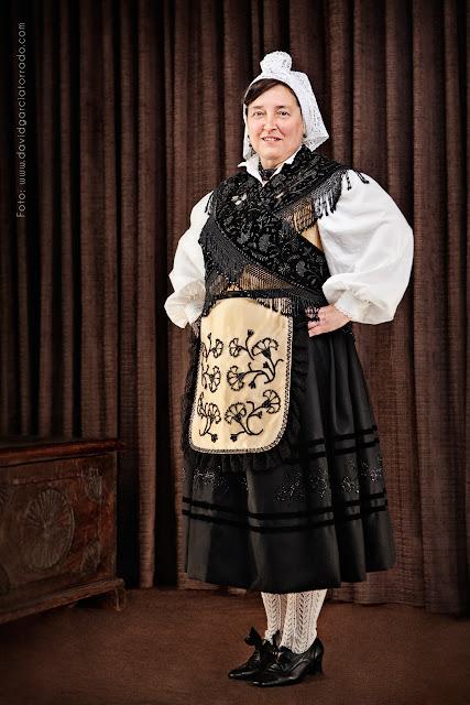 Este verano llévate un retrato con el típico traje regional. Fiestas del Portal, Danza del Portal. Fotógrafo David García Torrado. Villaviciosa Asturias.