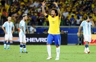 Incrédulos. Javier Mascherano, Lionel Messi y Sergio Agüero son puro lamento, ante el festejo del lateral brasileño, Marcelo. Argentina sufrió un golpazo en Belo Horizonte y por ahora, está afuera del Mundial de Rusia.