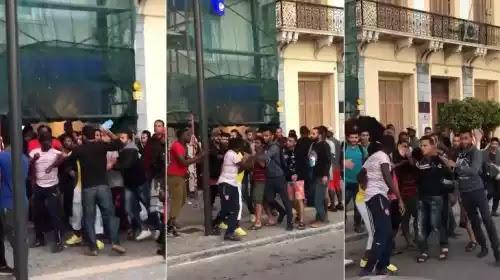 «Πόλη της Σάμου 2019!»: Ουρές και ξύλο μεταξύ μεταναστών στα ΑΤΜ για το επίδομα!