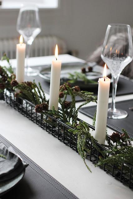 annelies design, webbutik, webshop, nätbutik, inredning, dukning, bordsdukning, dukningar, jul, julen 2019, julafton, ljusstake, dekorera, granris, gran, kvistar, kotte, kottar, servett av linne, tallriksunderlägg, läder, ficka för bestick, vinglas, bubbles, bubblor,