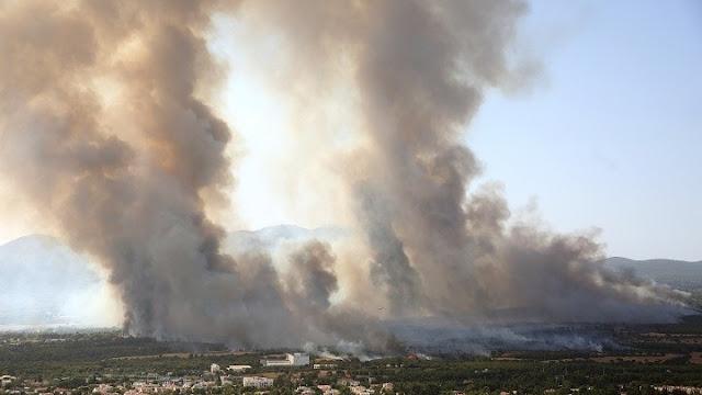 Ανεξέλεγκτη φωτιά στην Βαρυμπόμπη - Αναφορές για εγκλωβισμένους (βίντεο)
