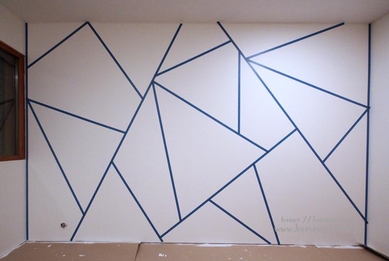 geometriset kuviot teipattuna seinään maalausta varten