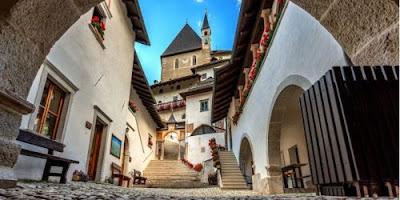 Blog dedicato a itinerari e luoghi da scoprire in Italia: Il Santuario di San Romedio