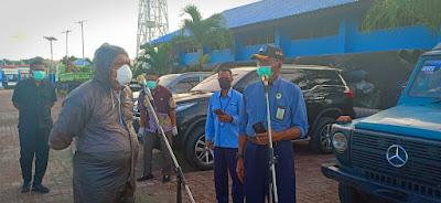 Wali Kota Tual Adam Rahayaan. S.Ag., M.Si saat memantau langsung pemeriksaan penumpang KM Leuser di Pelabuhan Yos Sudarso Tual, Kamis (9/04/2020)
