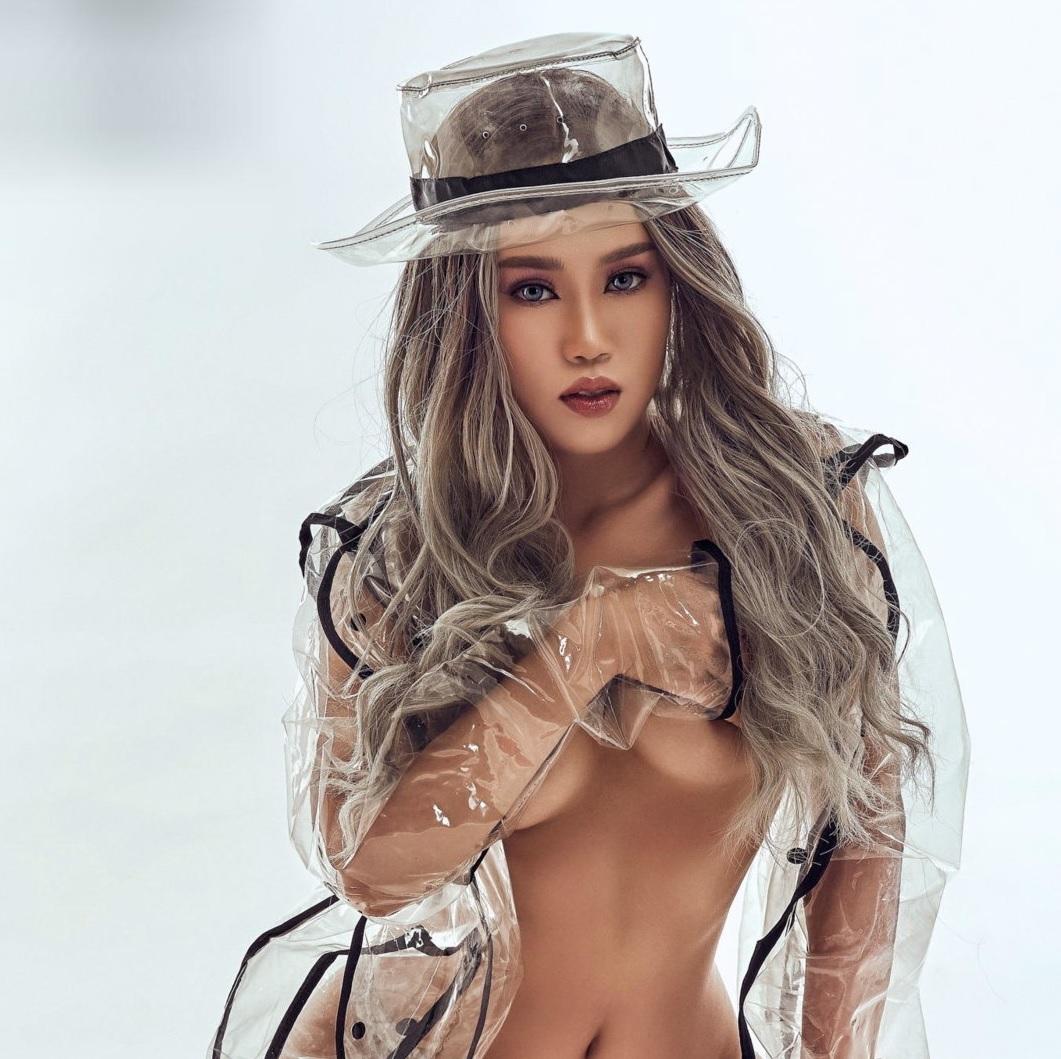 Nguyễn Hạ Huệ Trúc nude với áo mưa