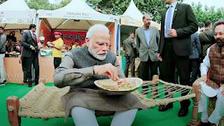 लिट्टी चोखा खाते हुये हुनर हॉट में PM मोदी