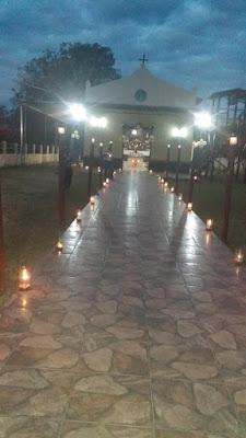 Viale chiesa illuminato