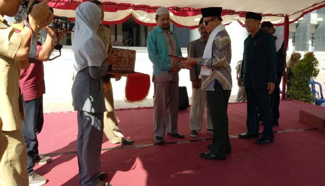 Bazda Lotim Berikan Bantuan Ribuan Guru Ngaji dan Marbot Masjid