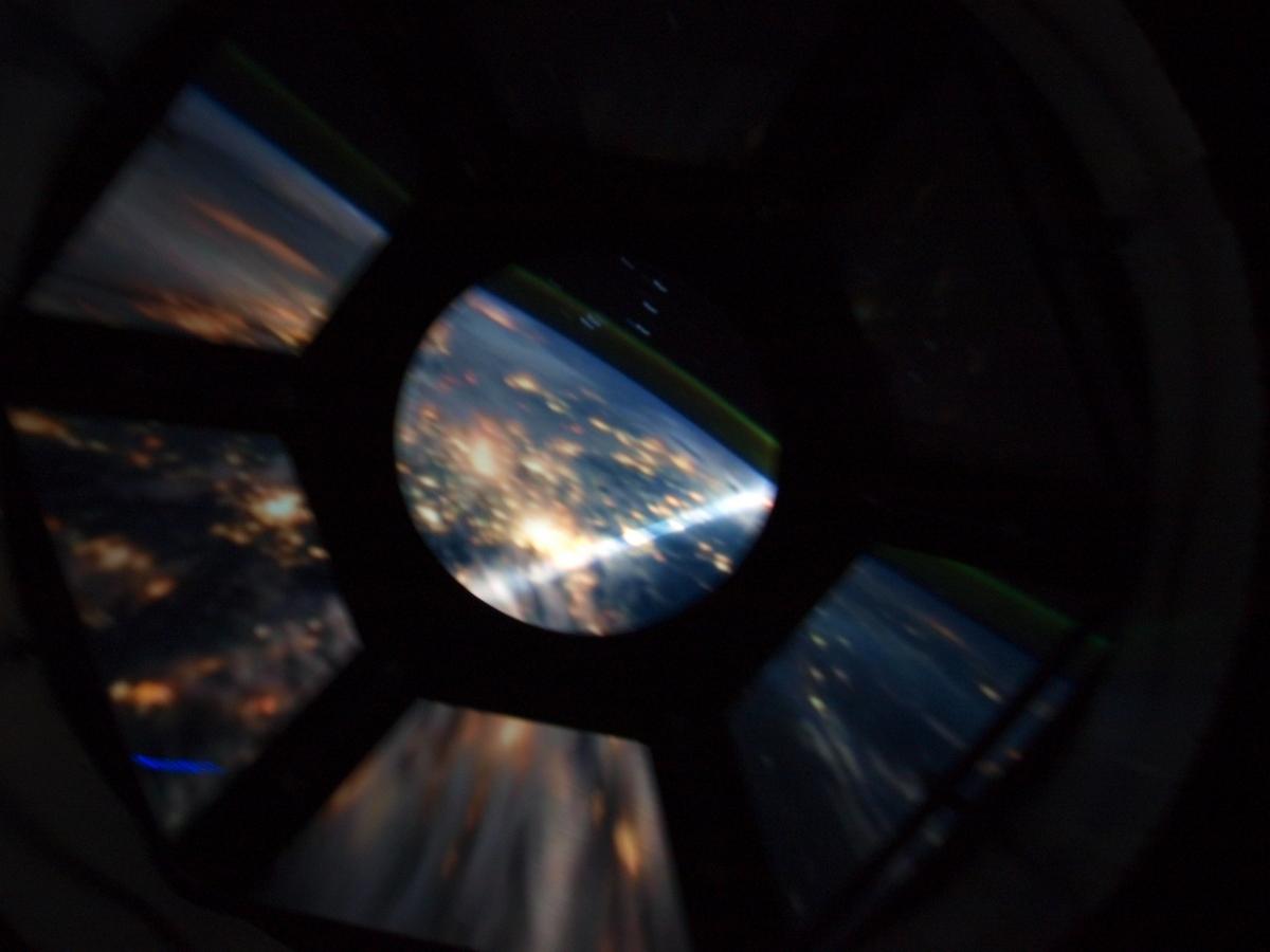 Początek wystawy - wizualizacja Ziemi przez replikę modułu Cupola na Międzynarodowej Stacji Kosmicznej | Fot: polskiastrobloger.pl