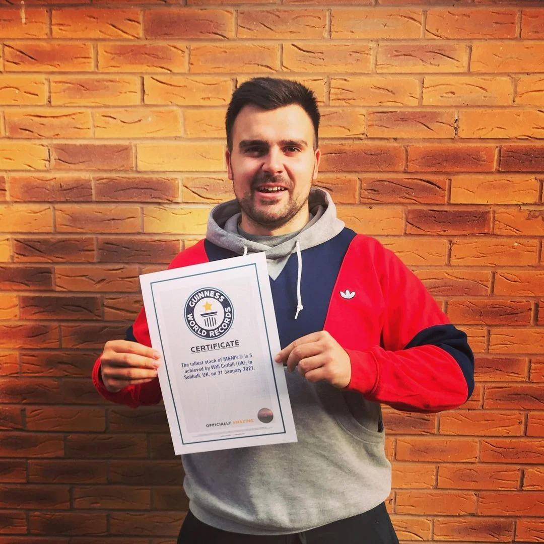 Ingeniero apila 5 M&M's y rompe récord mundial Guinness