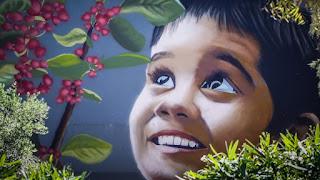 Το γκράφιτι που είναι αφιερωμένο στα 102 θύματα που χάθηκαν στο Μάτι