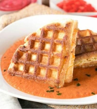 37. Waffle kue jagung dan keju dengan saus tomat