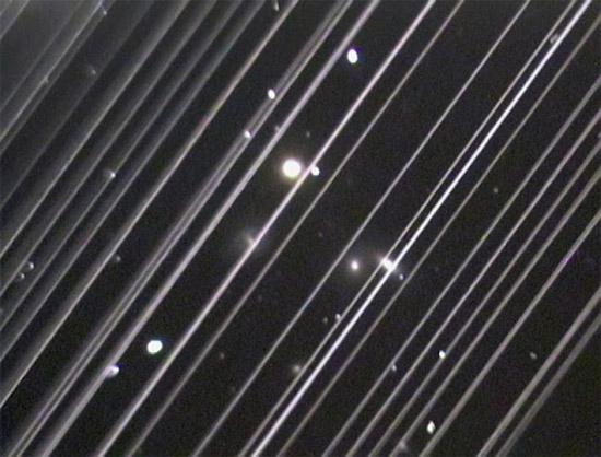 Imagem de observatorio com interferencia de satelites da SpaceX