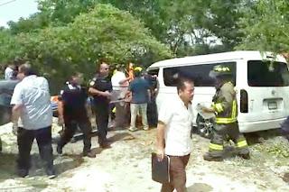 Choca una Van de pasaje contra una camioneta de Profepa en la carretera Cancún-Puerto Morelos. Hay lesionados