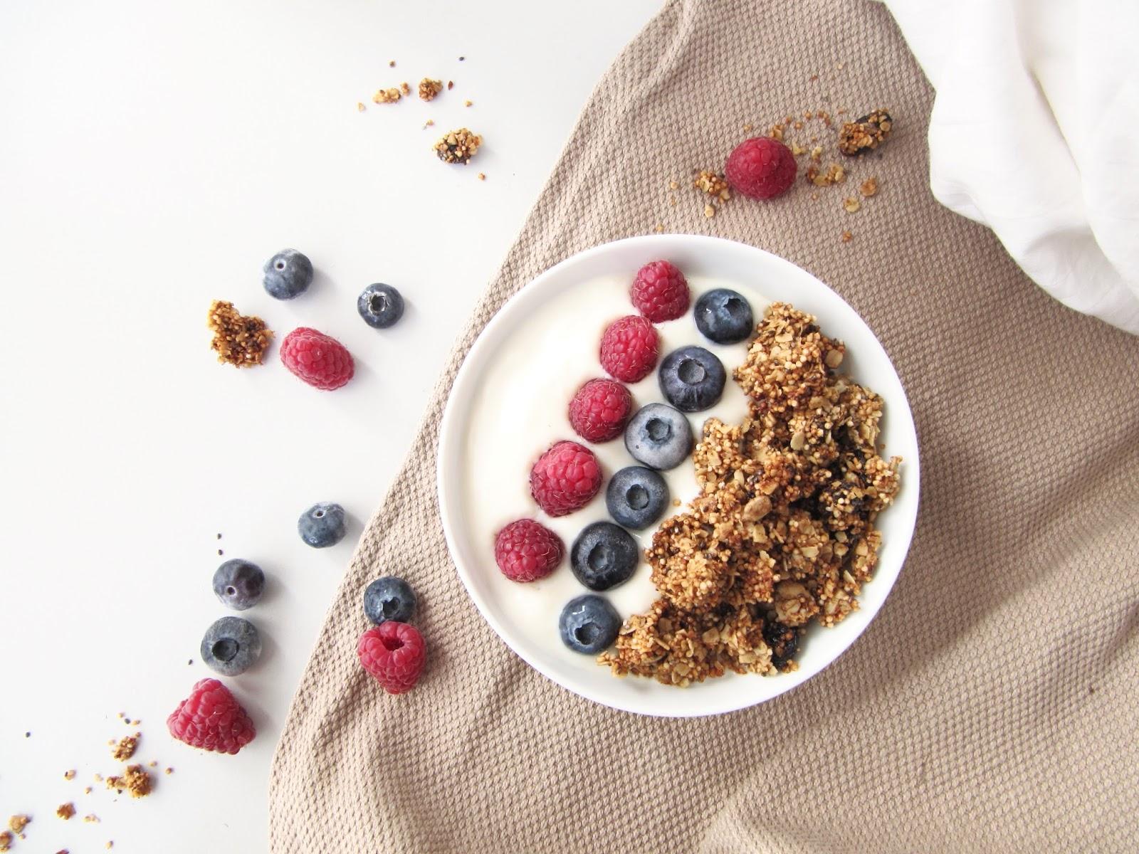 """Als Frühstücksidee: Ein selbstgemachtes DIY Granola mit Nüssen, Joghurt und Obst. Das DIY mit Step- by- Step Anleitung findest du hier. Eine Idee zum Frühstücken: DIY Granola (selbstgemacht) Dieser Beitrag ist Teil der Reihe """"Frühstücksideen""""."""