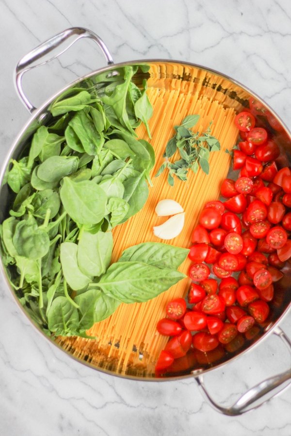 Weeknight dinner just got easier with this flavor packed One Pot Pasta with Fresh Tomatoes and Spinach!