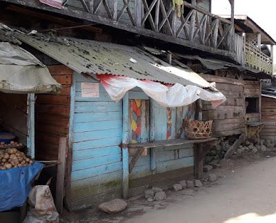 tiendas-locales-en-el-poblado-de-andasibe-madagascar