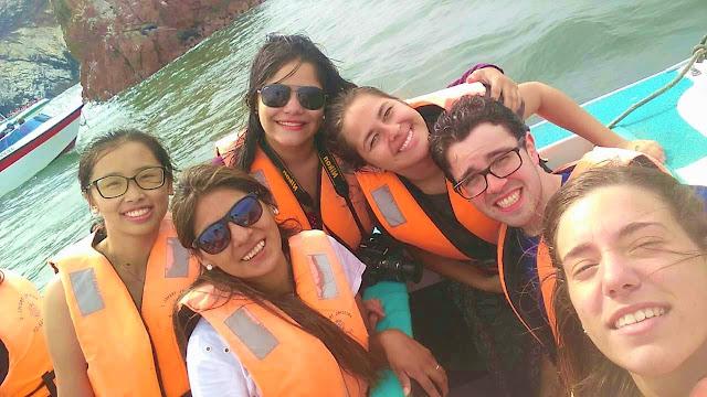 selfie de 5 amigos em uma lancha