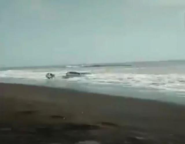 समंदर में खिलौने की तरह तैर रही थी कार, जान जोखिम में डाल युवाओ ने...'