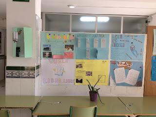 Exposición de los carteles en la entrada del edificio 1