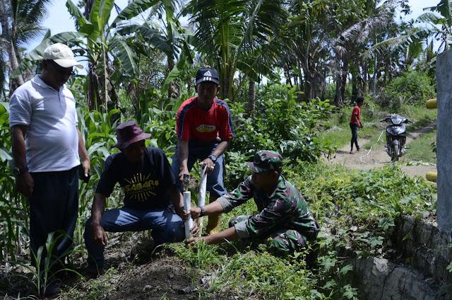 Personil Kodim 1407/Bone Bersama Pemerintah Lakukan Pengukuran di Lokasi Rencana TMMD