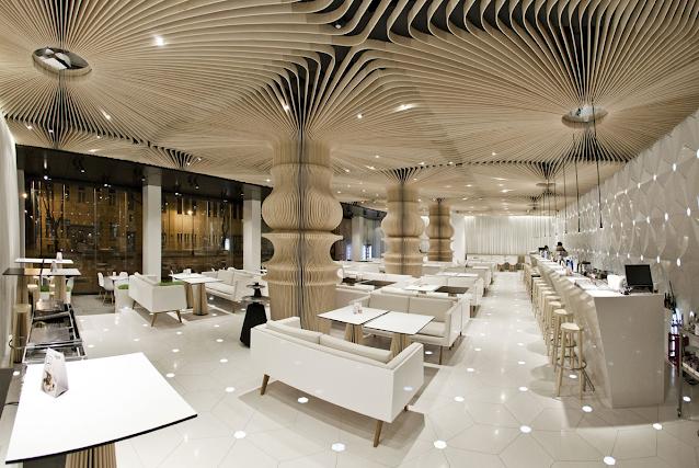Sufit dekoracyjny i słup z lamelek 3d podwieszany