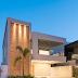 Fachada de casa com balanço, tijolinhos e iluminação decorativa!