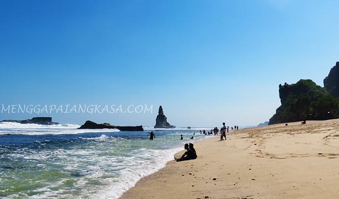 Berjemur di Pantai Buyutan