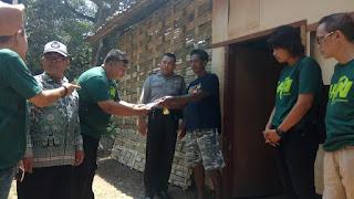 PWI Mojokerto Serahkan Bansos untuk Korban Banjir Bandang Kutorejo