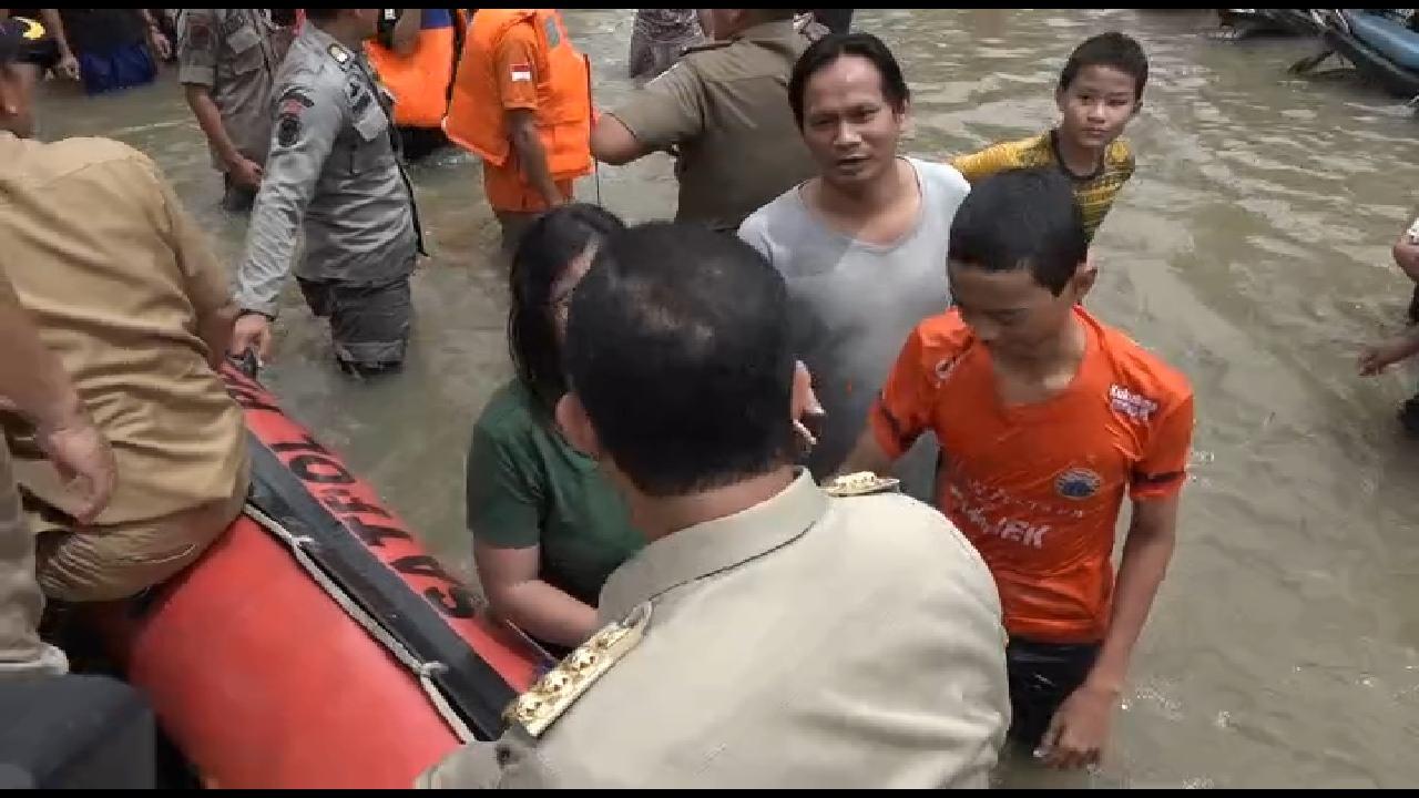 Minim Pemberitaan, Anies Lakukan Tindakan Terpuji Ini Saat Tinjau Korban Banjir