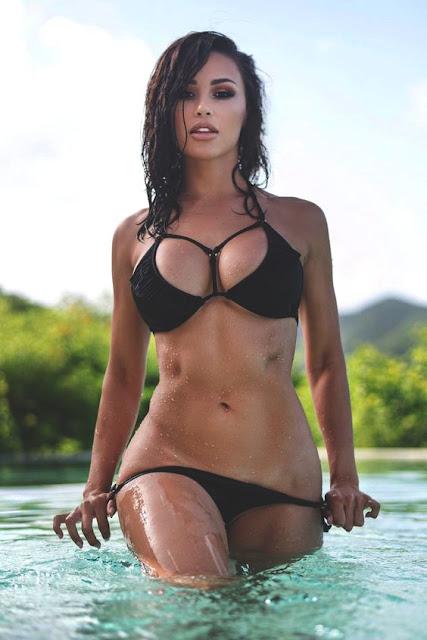 Très jolie brune en maillot de bains qui sort de l'eau avec son corps mouillé.