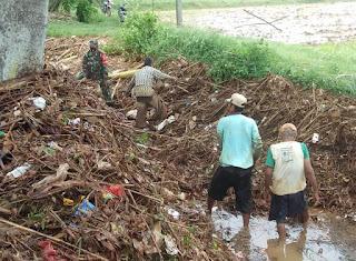 Kerja Bakti Babinsa Bersama Warga Bersihkan Saluran Irigasi