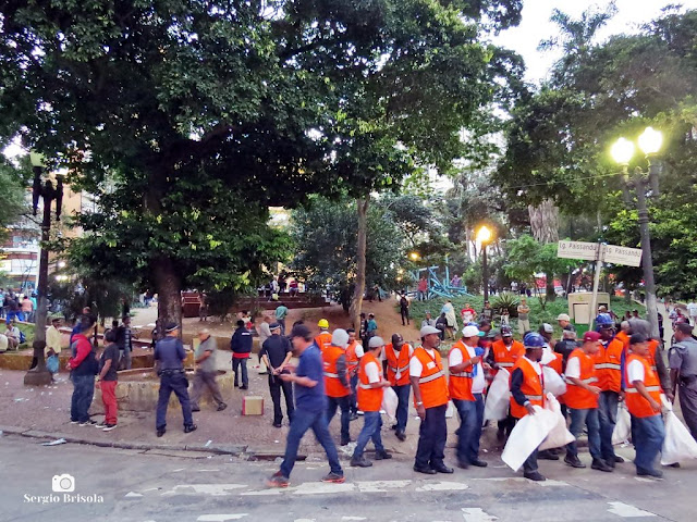 Street shot de uma ação de fiscalização de ambulantes da Prefeitura de São Paulo no Centro