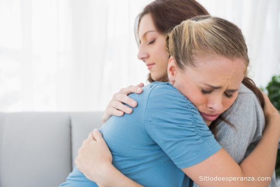 mujer perdonando las ofensas
