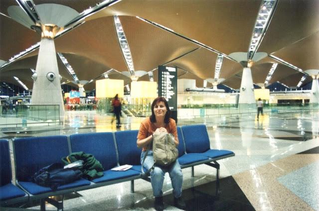 Barbara am Flughafen von Kuala Lumpur 2002