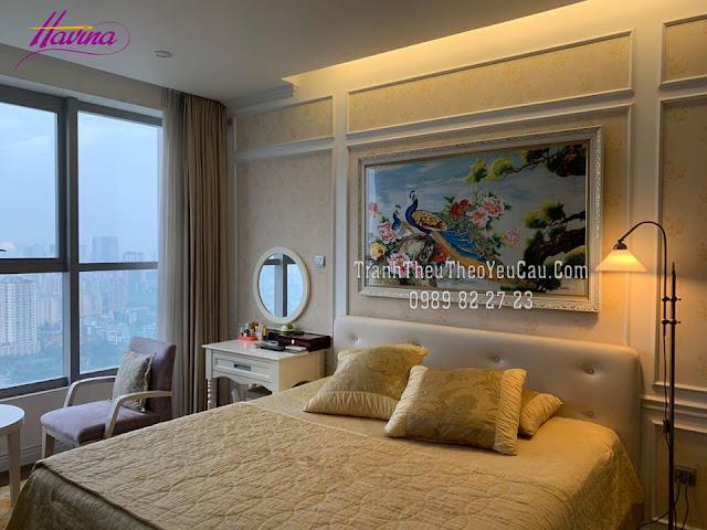 Tranh thêu chim công và hoa mẫu đơn được khách đến cửa hàng tranh thêu tay tphcm chọn mua treo phòng ngủ