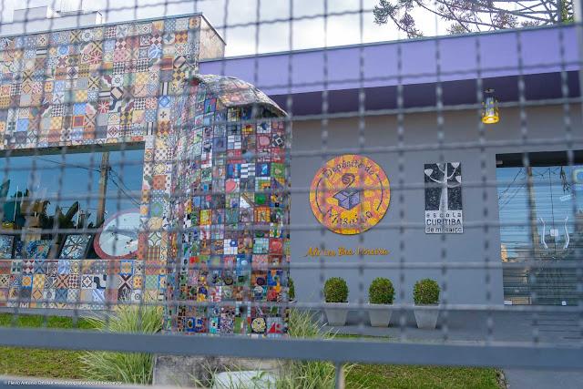 Casa na Rua Alberto Bolliger onde fica a Escola Curitiba de Mosaico, o Depósito do Mosaico e o Atelier Bea Pereira.