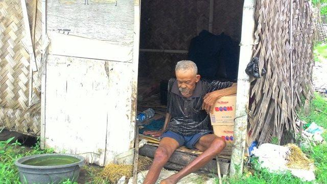 Tuli Dan Lumpuh, Kakek Yang Tinggal Sendirian Di Gubuk Sampahnya Ini Hidup Memprihatinkan