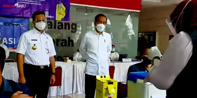 Tinjau Vaksinasi Tahap Dua di Tanah Abang, Jokowi ke Pedagang: Sakit Tidak?