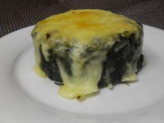 Pasteles de espinacas con patata y queso rallado gratinado