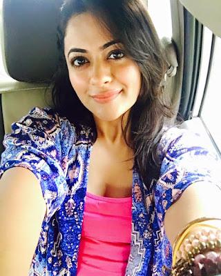 Shruti Sodhi cleavage
